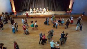 Bal Folk: tanzende Paare beim Pfings-Tanz-Festival in Wangen